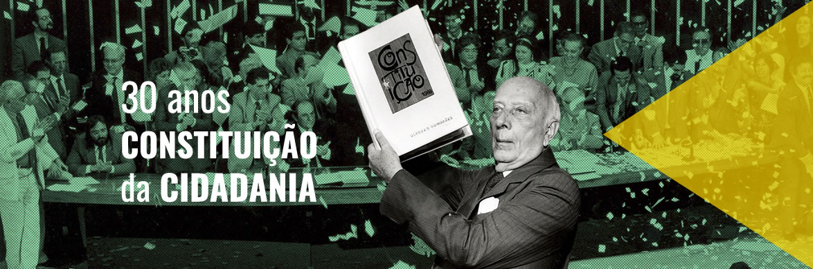 Ulisses Guimarães segura a Constituição em 1988 na data da promulgação.
